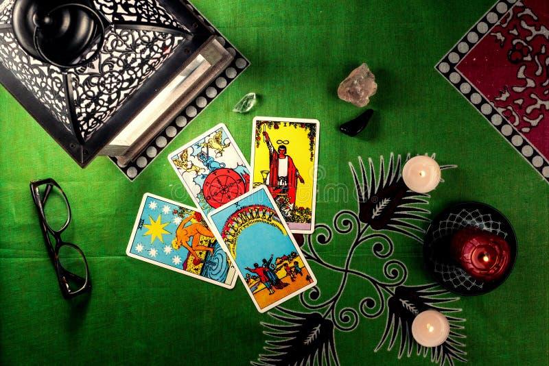 Divinazione dalle carte di tarocchi Su un fondo di una tovaglia verde con le candele brucianti fotografie stock libere da diritti