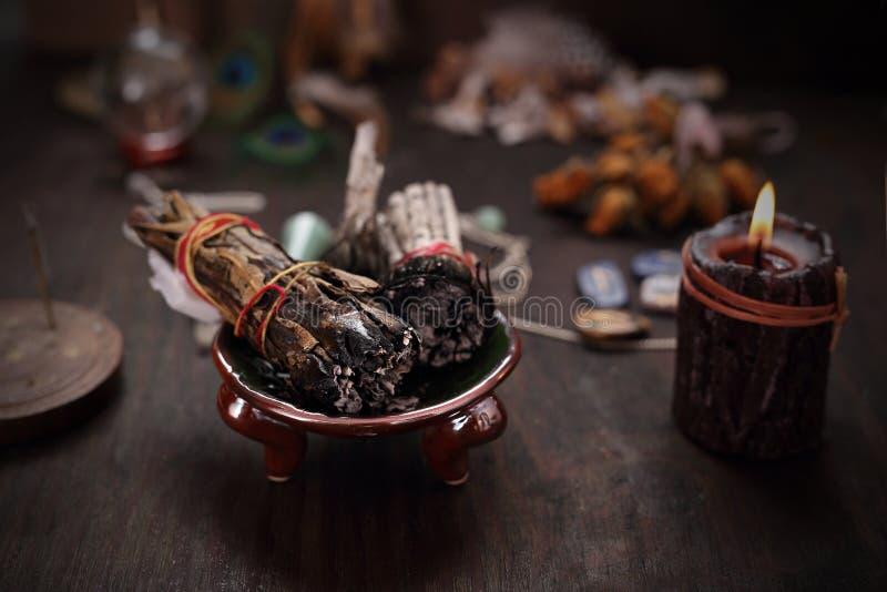 Divinazione e periodi Incenso con le erbe del cedro e della salvia bianca fotografia stock libera da diritti