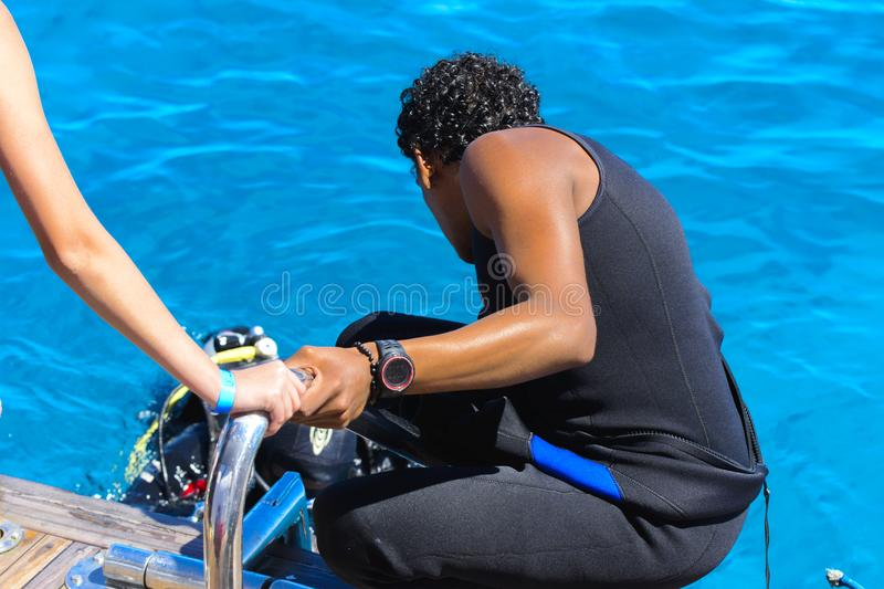 A diving instructor prepares divers for immersion in the clear a royalty free stock photos