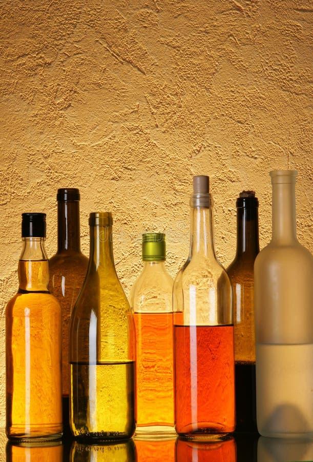 Divise en lots des bouteilles d'alcool photos libres de droits
