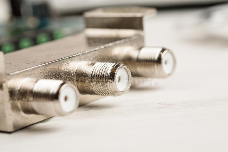 Diviseur de câble de TV sur une table blanche dans l'atelier de réparations, macro tir image libre de droits