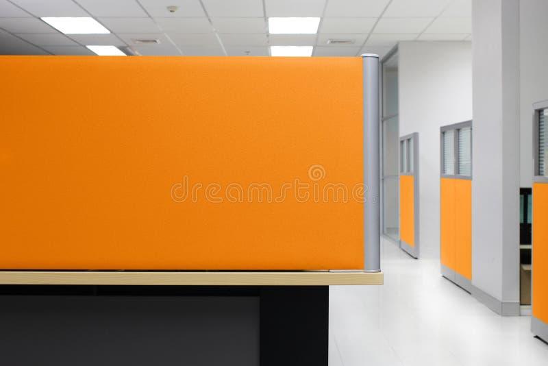 División, cubículo vacío de la oficina de la pared de la división anaranjada, fondo cuadrilátero de la oficina de la división fotos de archivo
