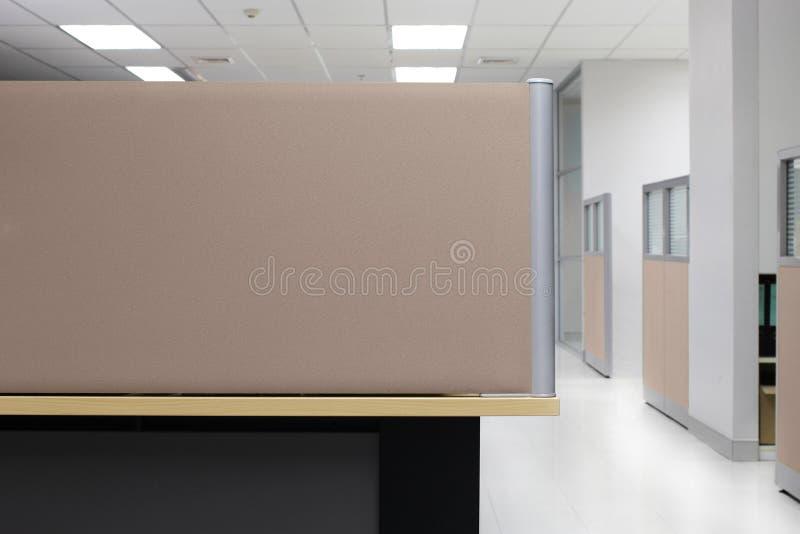 División, cubículo vacío de la oficina de la pared de la división de Brown, fondo cuadrilátero de la oficina de la división fotos de archivo