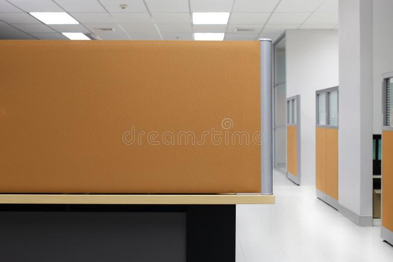 División, cubículo vacío de la oficina de la pared de la división de Brown, fondo cuadrilátero de la oficina de la división foto de archivo libre de regalías