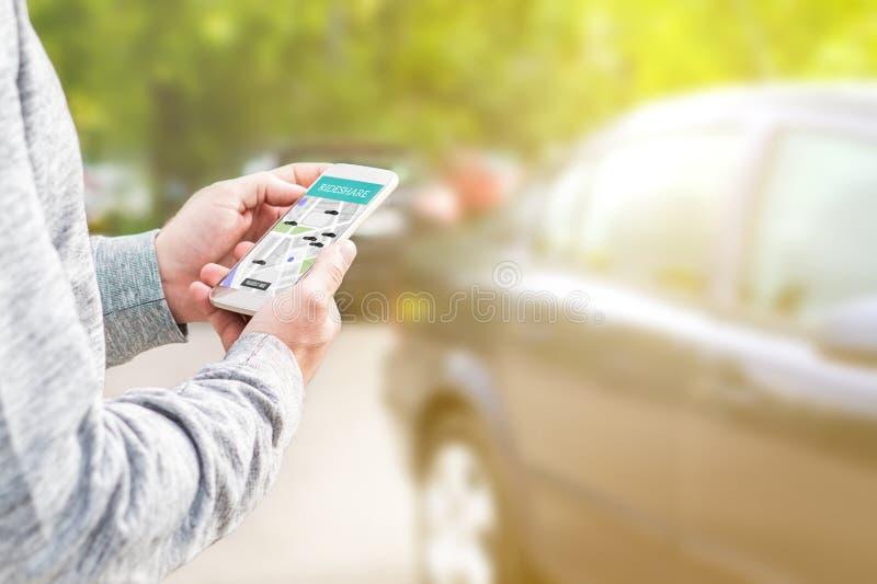 Divisione di giro ed applicazione online del cellulare del car pooling fotografia stock