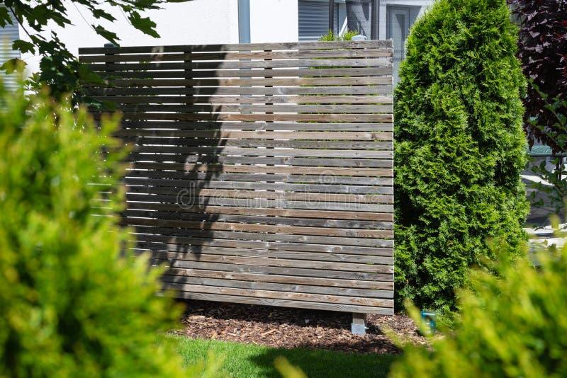 divisore all'aperto del recinto del giardino di legno e verde fotografia stock