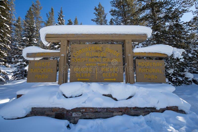 Divisoria continental en la frontera de Banff y de los parques nacionales de Kootenay, paso bermellón, Alberta, Columbia Británic fotografía de archivo libre de regalías