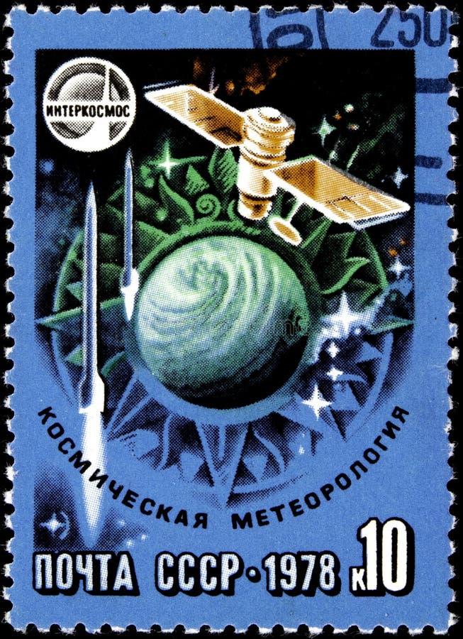 111 21 2019 Divnoe Stavropol Territory Ryssland Postage Stämpel USSR 1978 intercosmos space meteorology Satellite flyger ovanför  royaltyfri fotografi