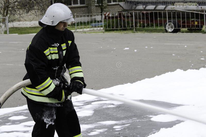 04 24 2019? Divnoye,斯塔夫罗波尔疆土,俄罗斯 一个地方消防队的救助者和消防队员的示范在的 库存图片