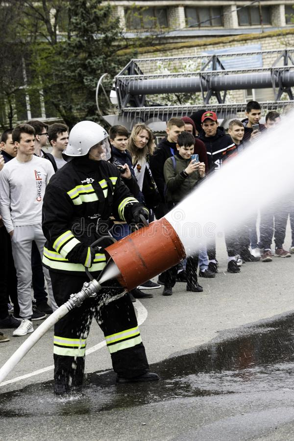 04 24 2019 Divnoye, территория Stavropol, Россия Демонстрации спасителей и пожарных местного отделения пожарной охраны в стоковые изображения
