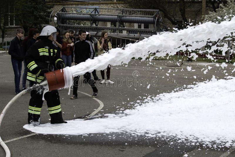 04 24 2019 Divnoye, территория Stavropol, Россия Демонстрации спасителей и пожарных местного отделения пожарной охраны в стоковые фотографии rf