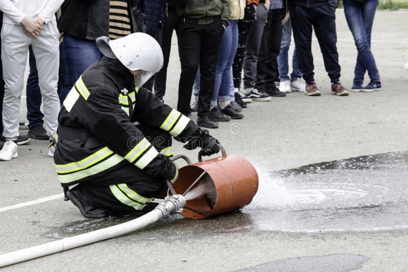 04 24 2019 Divnoye Stavropol territorium, Ryssland Demonstrationer av r?ddare och brandm?n av en lokal brandstation i royaltyfri foto