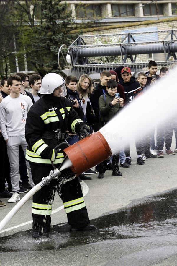 04 24 2019 Divnoye Stavropol territorium, Ryssland Demonstrationer av r?ddare och brandm?n av en lokal brandstation i arkivbilder