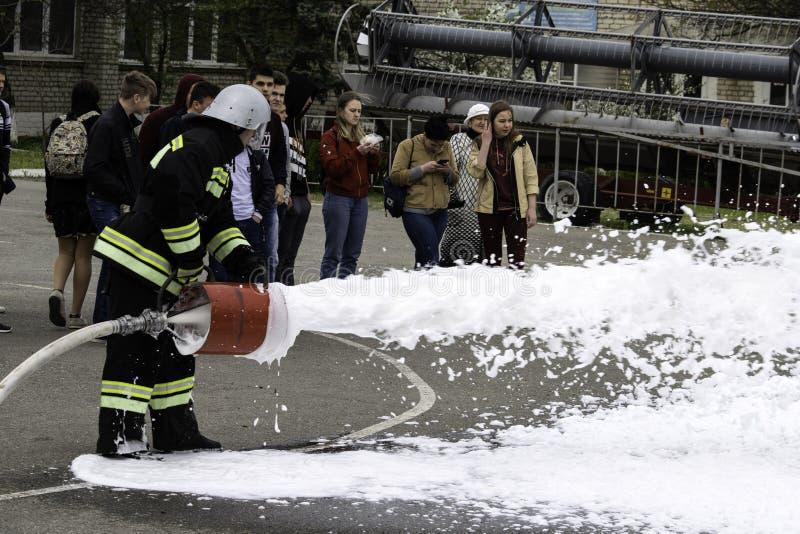 04 24 2019 Divnoye Stavropol territorium, Ryssland Demonstrationer av r?ddare och brandm?n av en lokal brandstation i arkivfoton