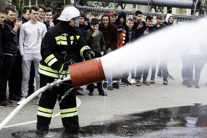04 24 2019 Divnoye Stavropol territorium, Ryssland Demonstrationer av r?ddare och brandm?n av en lokal brandstation i arkivbild