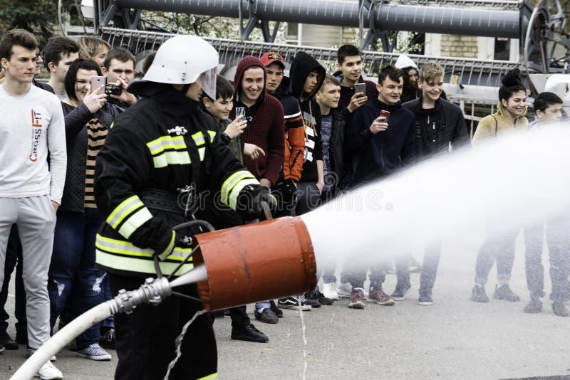 04 24 2019 Divnoye, territorio di Stavropol', Russia Dimostrazioni dei soccorritori e dei pompieri di un corpo dei vigili del fuo immagine stock