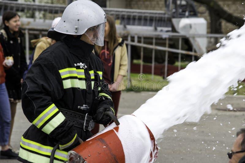 04 24 2019 Divnoye, territorio di Stavropol', Russia Dimostrazioni dei soccorritori e dei pompieri di un corpo dei vigili del fuo fotografie stock