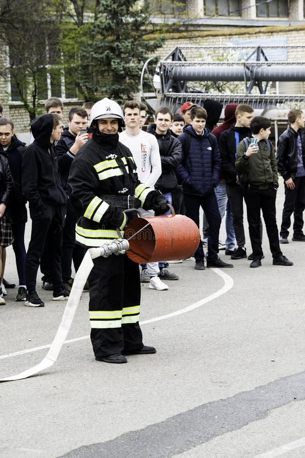 04 24 2019 Divnoye, territorio di Stavropol', Russia Dimostrazioni dei soccorritori e dei pompieri di un corpo dei vigili del fuo fotografia stock