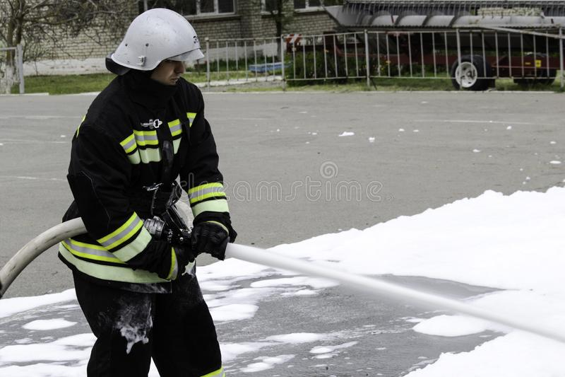 04 24 2019 Divnoye, territorio di Stavropol', Russia Dimostrazioni dei soccorritori e dei pompieri di un corpo dei vigili del fuo immagini stock