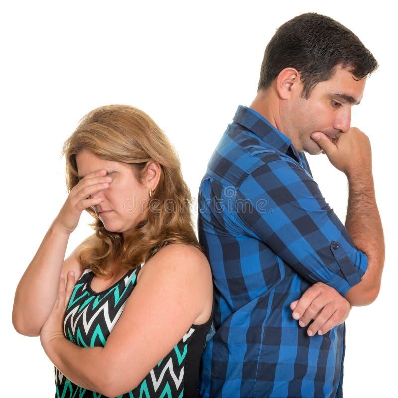 Divorcíese, los conflictos en la boda - par hispánico triste imagen de archivo libre de regalías