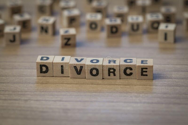 Divorce écrit en cubes en bois images stock