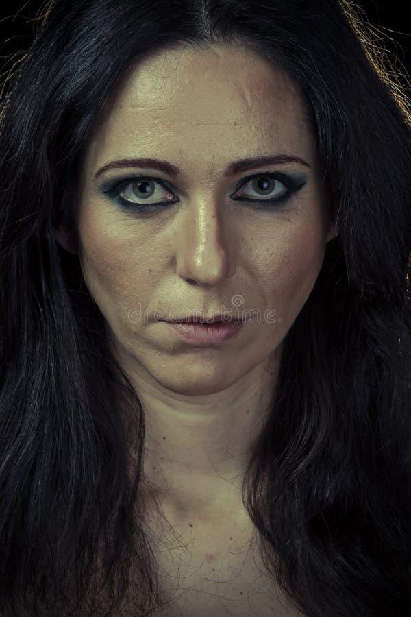 Divorce, унылая женщина брюнет с длинными волосами и мантия вечера стоковое изображение rf