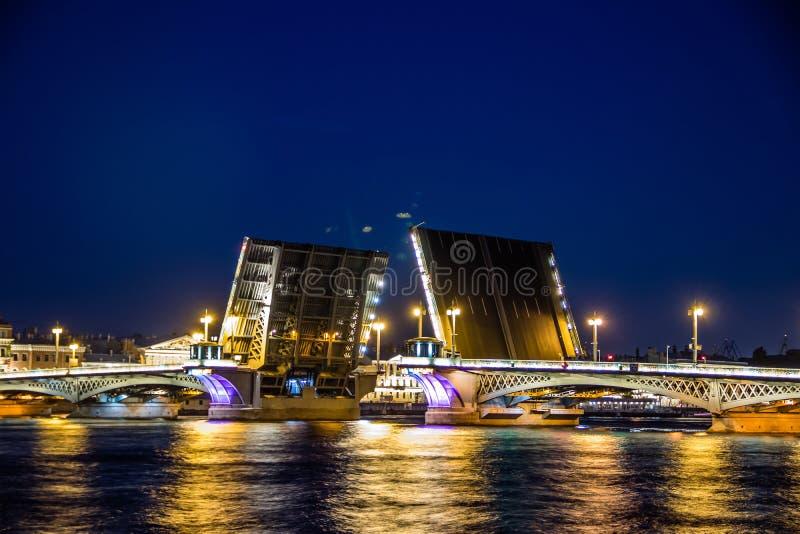 Divorce des ponts à St Petersburg Ville de nuit de la Russie Le fleuve de Neva images stock