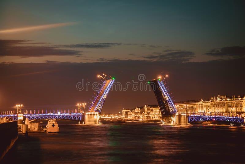 Divorce des ponts à St Petersburg Ville de nuit de la Russie Le fleuve de Neva photographie stock