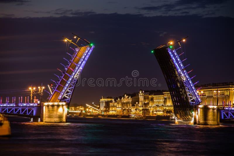 Divorce des ponts à St Petersburg Ville de nuit de la Russie Le fleuve de Neva image libre de droits