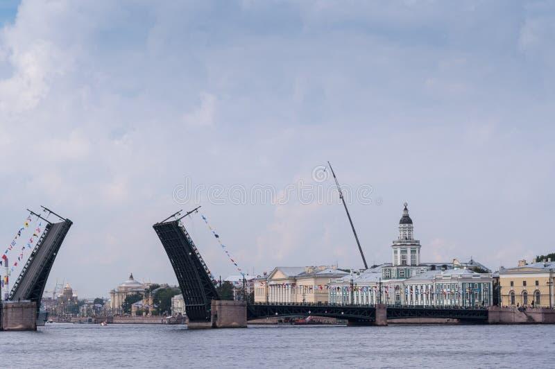 Divorciado na frente da ponte naval da parada através de Neva River fotografia de stock