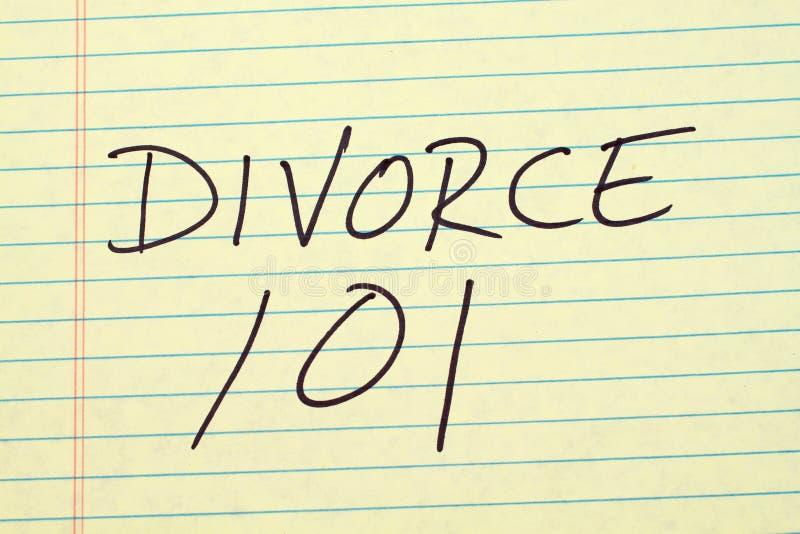 Divorcio 101 en un cojín legal amarillo imagenes de archivo