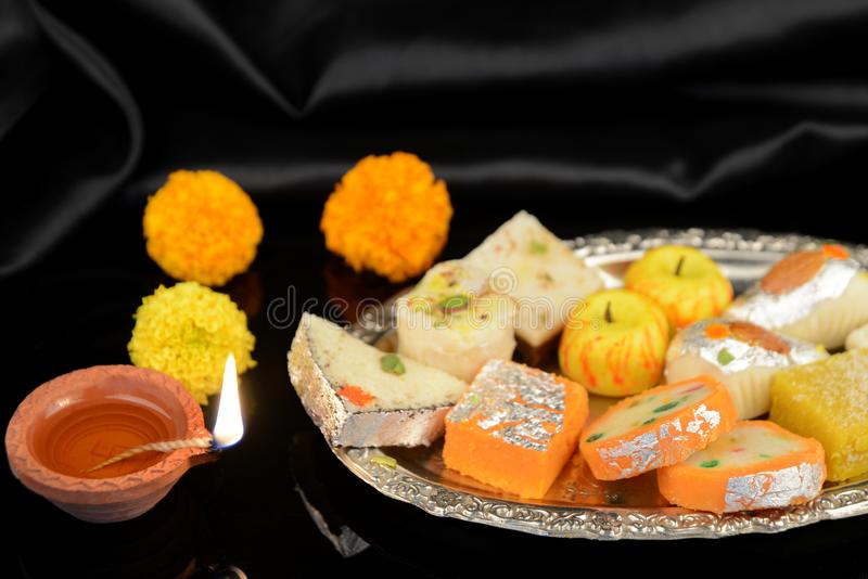 Diwali Diya et bonbons traditionnels pour des célébrations de Diwali images libres de droits