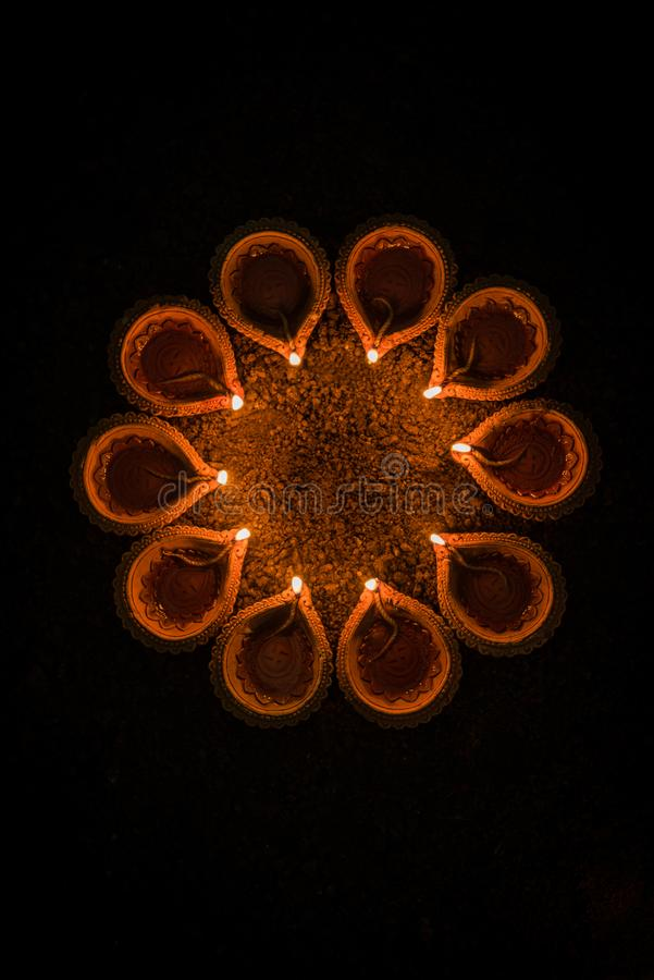 Diwali felice e cerchio di Diya - molti diyas o lampade a olio di terracotta sistemati sopra la superficie dell'argilla o terra i fotografia stock libera da diritti