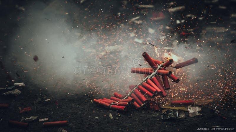 Diwali-Feuerwerke Bijli, das in der Aktion birst lizenzfreie stockbilder