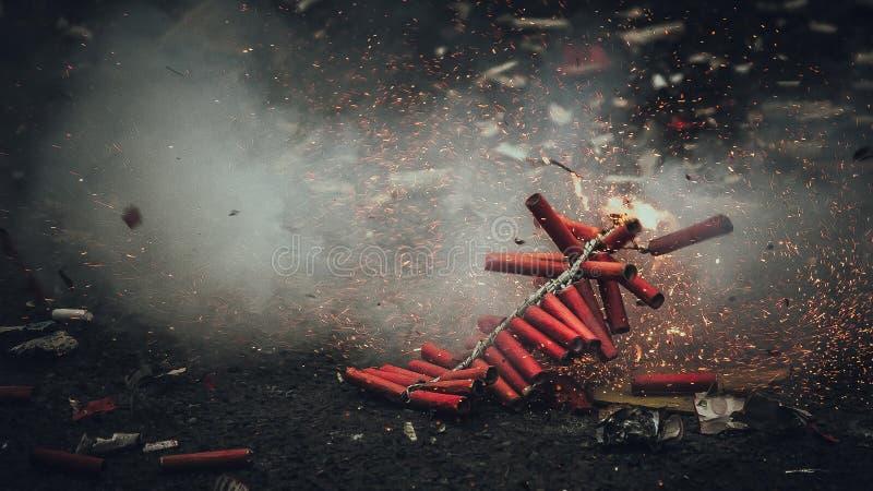 Diwali-Feuerwerke Bijli, das in der Aktion birst stockbilder