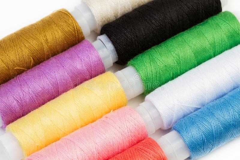Dix bobines des fils colorés photographie stock