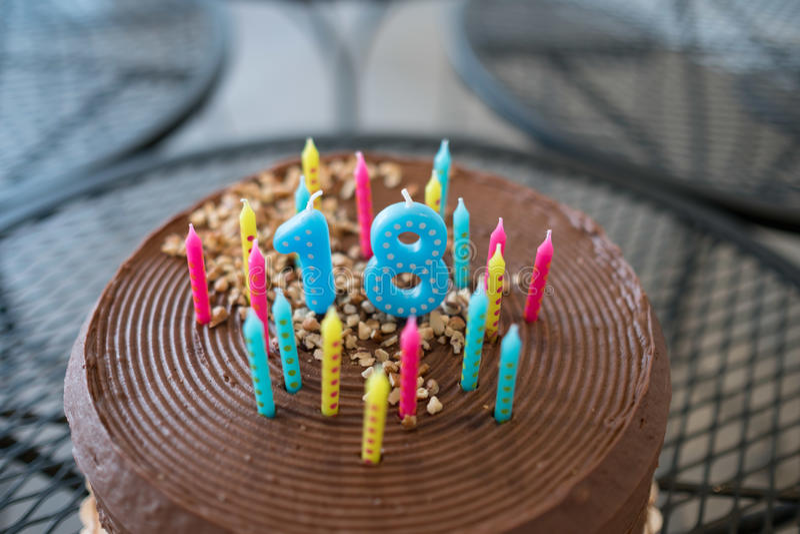 Dix-huitième anniversaire avec le gâteau de chocolat image libre de droits