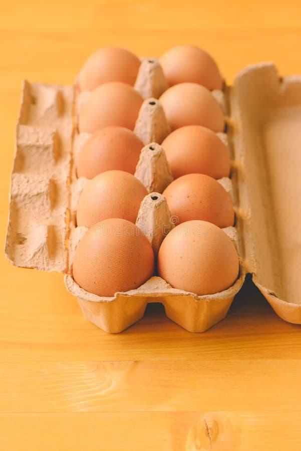 Dix oeufs de poulet dans la boîte en carton photographie stock
