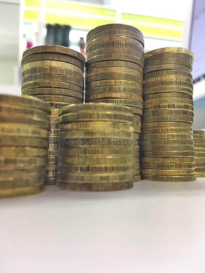 Dix pièces de monnaie russes de rouble sur le fond clair images libres de droits