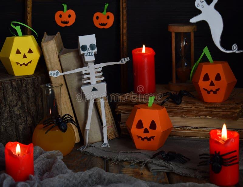 DIY万圣夜装饰-南瓜和骨骼从纸,蜘蛛 党的儿童工艺 假日装饰 与c的贺卡 免版税库存图片