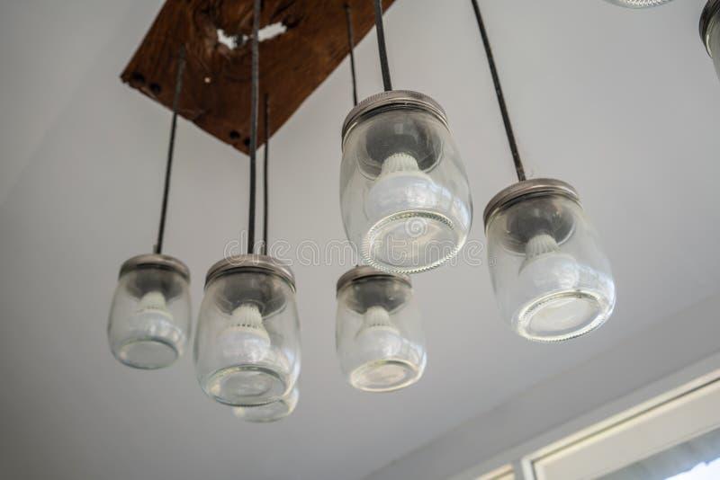 DIY与垂悬从a的玻璃瓶子和LED电灯泡的羊羔设计 免版税库存照片