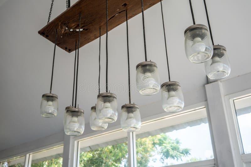 DIY与垂悬从a的玻璃瓶子和LED电灯泡的羊羔设计 免版税库存图片