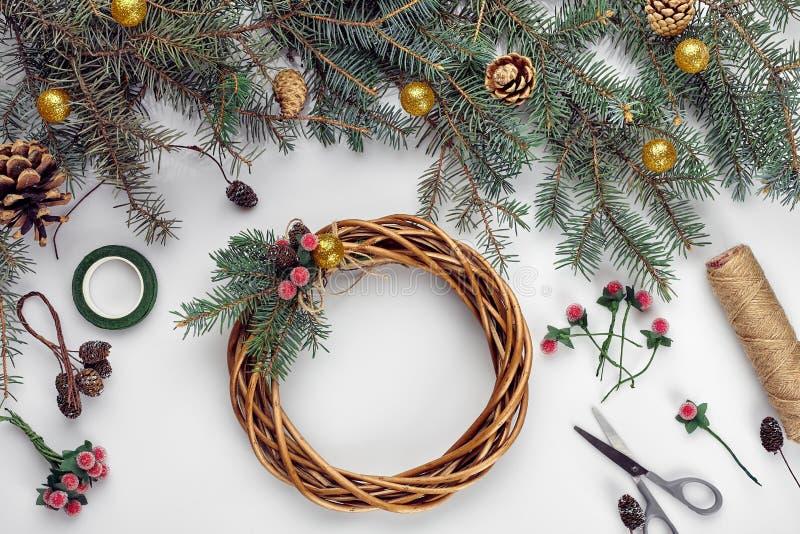 diy创造性的圣诞节 做手工制造xmas花圈的妇女 家庭休闲、工具、小装饰品和细节为假日 免版税库存照片