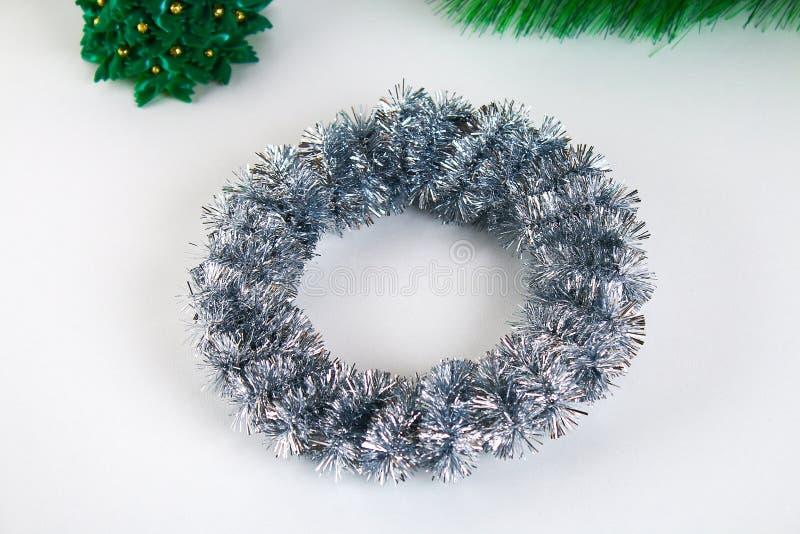 Diy圣诞节花圈 在照片的指南如何由纸板板材,闪亮金属片,小珠做圣诞节花圈用您自己的手 库存照片