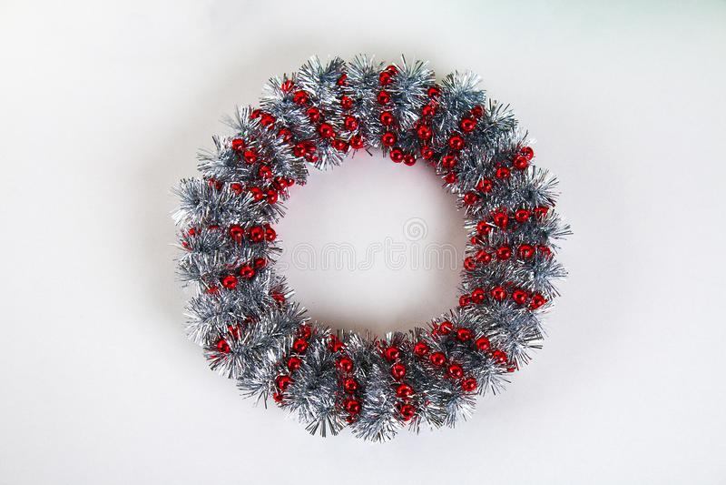 Diy圣诞节花圈 在照片的指南如何由纸板板材,闪亮金属片,小珠做圣诞节花圈用您自己的手 免版税库存照片