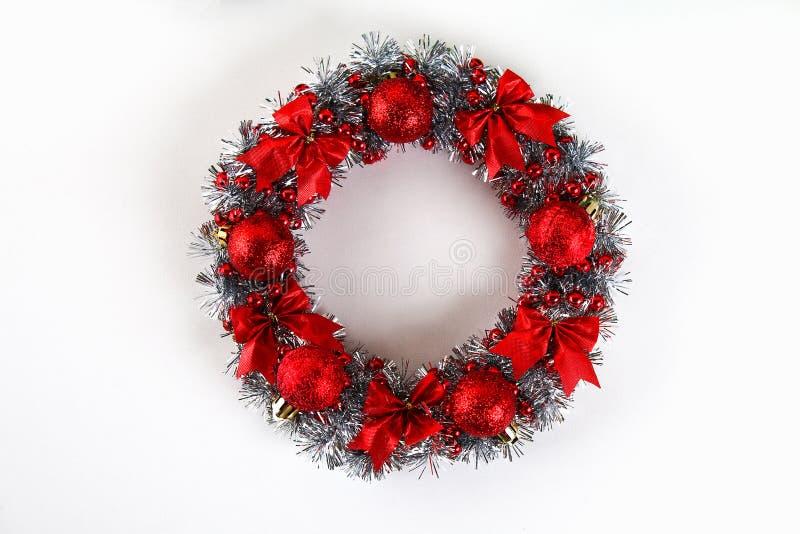 Diy圣诞节花圈 在照片的指南如何由纸板板材,闪亮金属片,小珠做圣诞节花圈用您自己的手 免版税图库摄影