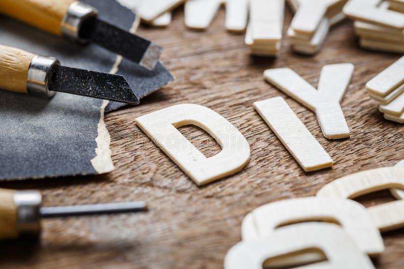 DIY在木制品上写字 库存照片