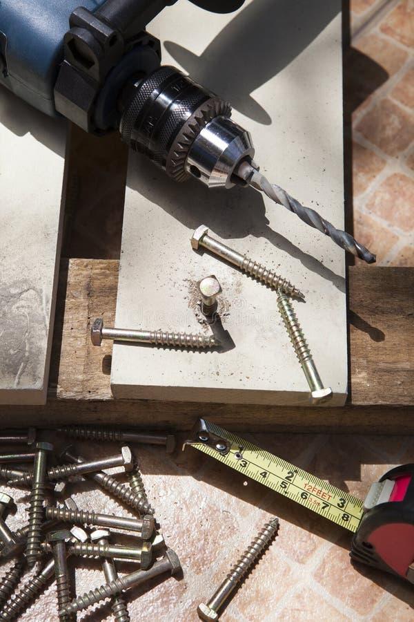 Diy家与在木worki的电钻井和skrew坚果一起使用 免版税库存照片