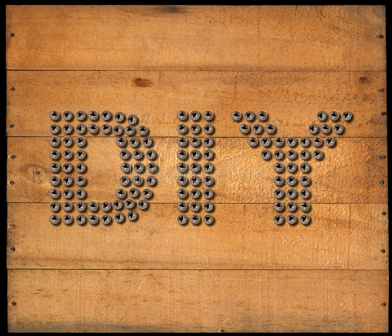 Diy标志-在木背景的螺丝 库存例证