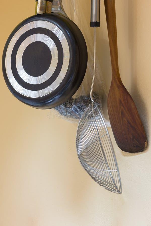 DIY用工具加工拿着墙壁的厨房 免版税库存图片